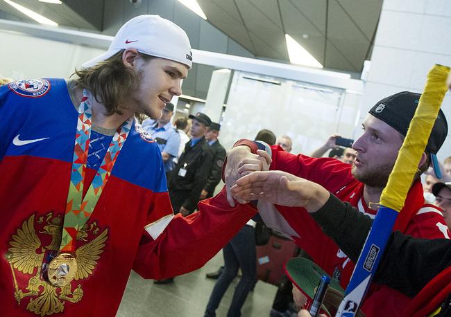 Лучшим бомбардиром чемпионата мира стал нападающий российской сборной Виктор Тихонов (слева), забивший 8 голов и сделавший 8 передач
