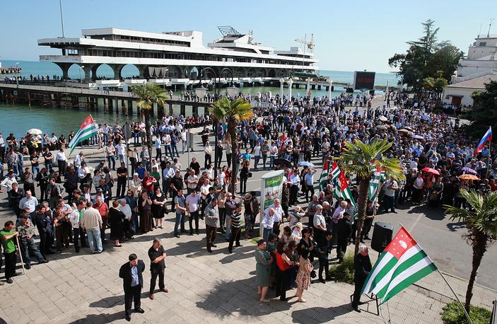 Сторонники президента Абхазии во время митинга на площади имени Сергея Багапша