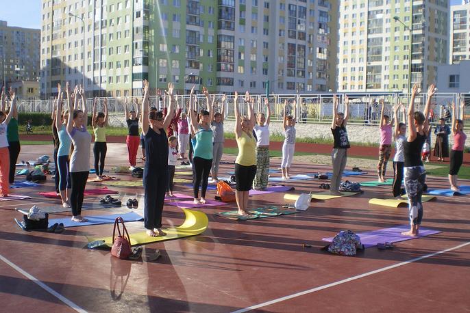 Во время первого занятия по йоге на свежем воздухе в Академическом районе Екатеринбурга