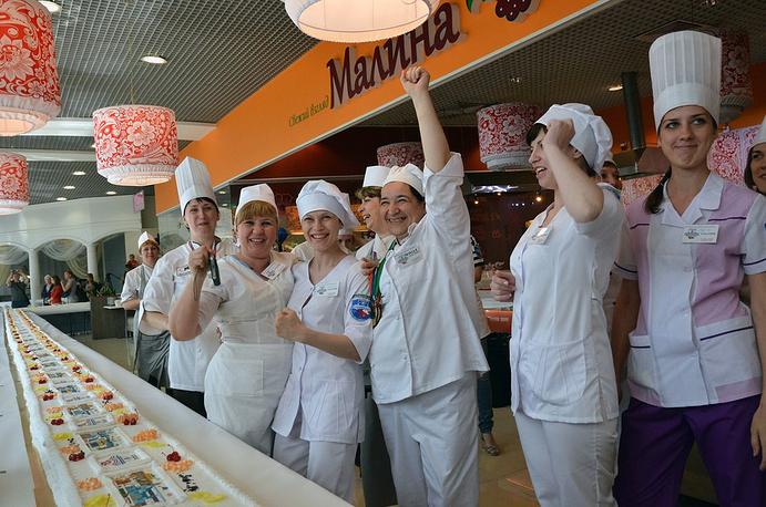 На площадке работали 30 кондитеров предприятий питания Новосибирска и студенты техникума питания