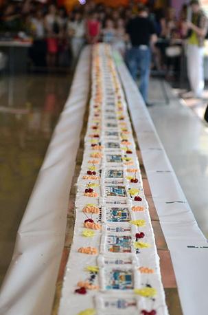 Пирожное длиной 90 метров и 52 сантиметра вошло в Книгу рекордов России