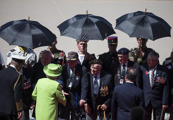 Королева Елизавета II приветствует ветеранов Второй мировой войны