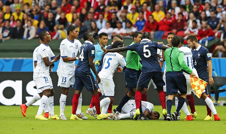 Стычка между французскими и гондурасскими футболистами