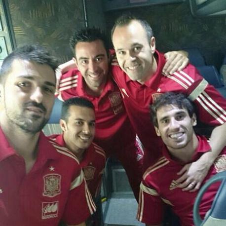 Селфи футболистов сборной Испании: Давид Вилья, Педро Родригес, Хави, Андрес Иньеста и Хави Мартинес (слева направо)