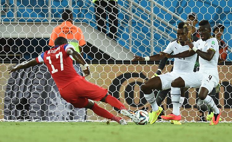 Американец Джози Алтидор атакует ворота сборной Ганы