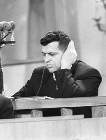 Пауэрс слушает обвинительный приговор