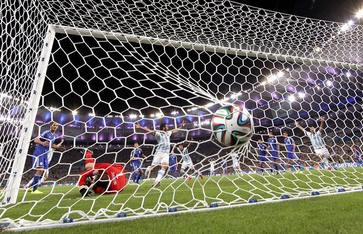 Главный фаворит чемпионата мира - сборная Аргентины - победила дебютирующих на мировом первенстве боснийцев с минимальной разницей в счете - 2:1. Второй мяч аргентинцев забил Лионель Месси