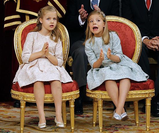 Принцессы Леонор и София во время церемонии вступления на престол своего отца, короля Испании Фелипе VI