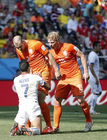 Алексис Санчес спорит с голландскими футболистами
