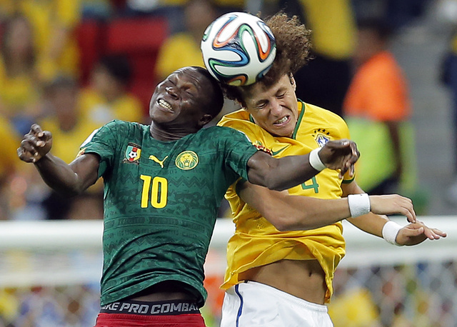 Защитник Давид Луис и нападающий Винсент Абубакар в борьбе за верховой мяч
