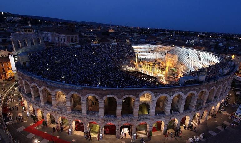 """""""Арена ди Верона"""" - бывший древнеримский цирк I века н. э., ставший в начале ХХ столетия оперным театром"""