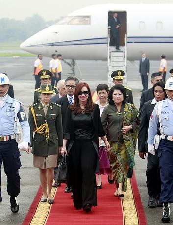 Президент Аргентины Кристина Фернандес де Киршнер в аэропорту Джакарты, Индонезия, 2013 год