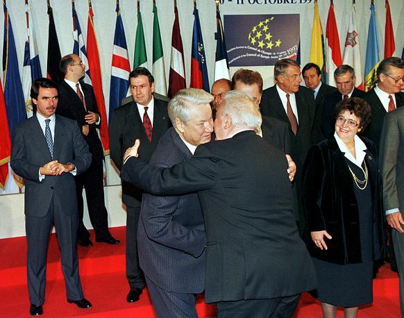 Президент РФ Борис Ельцин и президент Грузии Эдуард Шеварднадзе приветствуют друг друга на церемонии открытия саммита Совета Европы в страсбургском Дворце Европы, 1997 год