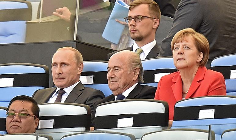 Владимир Путин с главой ФИФА Йозефом Блаттером и канцлером Германии Ангелой Меркель
