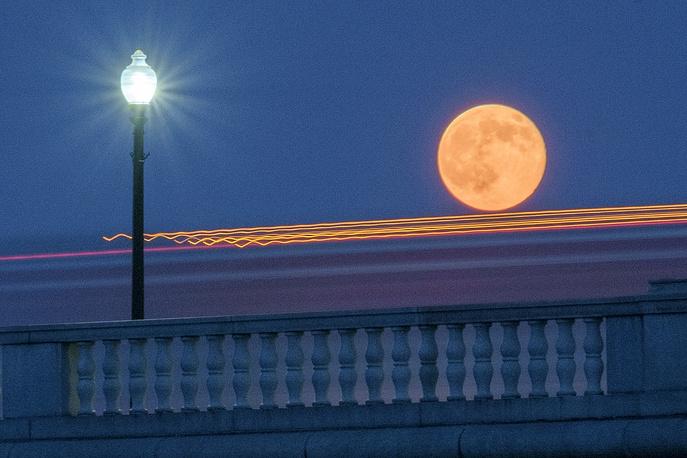 Луна на фоне моста в Вашингтоне, США