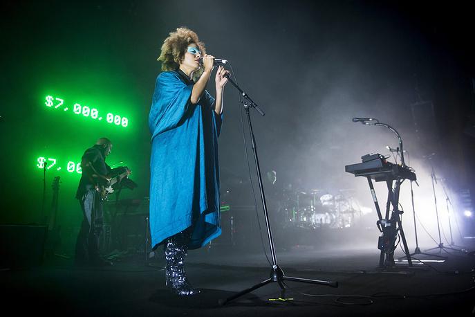 Мартина Трипли-Берд выступает с британской группой Massive Attack на сцене Auditorium Stravinski