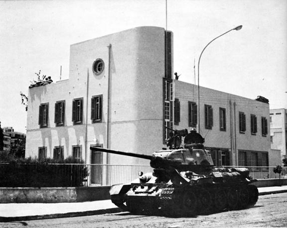 Вторжение стало ответом на государственный переворот, происшедший на Кипре 15 июля 1974 года при поддержке правившей в Греции военной хунты. На фото: танки на улицах Никосии, 15 июля 1974 года