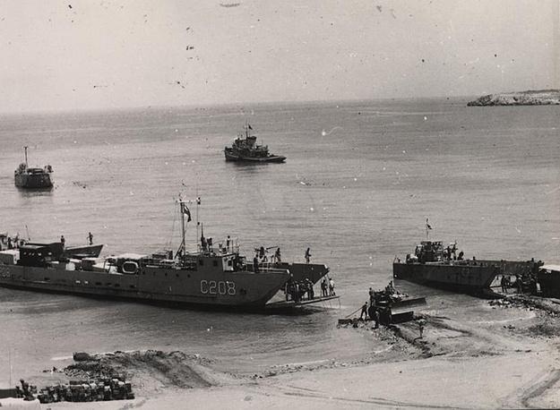 21 июля состоялось морское сражение между турецкими и греческими ВМС в районе Пафоса, во время которого греческий флот понес тяжелые потери. На фото: десантные катера турецкого флота прибывают на Кипр