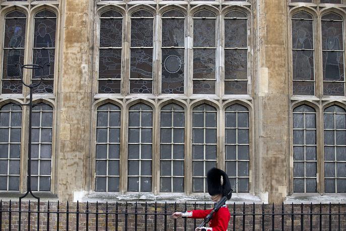 Налог на окна. Этот налог на использование стекол стал важным культурным, архитектурным и социальным явлением сперва в Англии и Шотландии, а затем и во всей Великобритании в XVII-XVIII веках. В те времена производство стекла было дорогим. Использовать его для окон и подобных целей могли немногие. Поэтому налог на окна со стеклом, введенный в 1696 году королем Уильямом III, по сути, являлся налогом на богатство. Знаменитый налог на окна просуществовал до 1851 года, ему на смену пришел другой, ставший основой нынешнего городского налога. Во Франции с 1798 по 1926 год тоже существовал подобный налог, его ввел Наполеон. Французы оплачивали не только окна, но и двери.