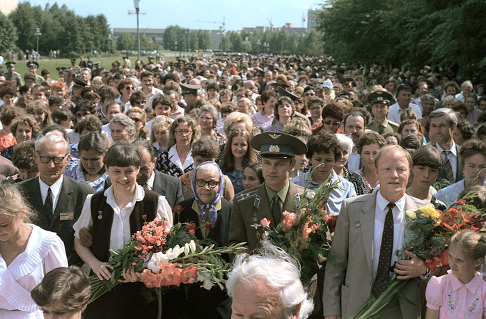 Встреча советских космонавтов, возвратившихся из полета в космос. На снимке слева направо: Светлана Савицкая, Владимир Джанибеков и Игорь Волк на встрече в Звездном городке 7 августа, 1984 год