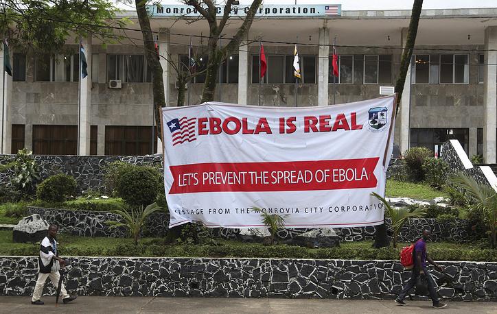 Западноафриканские страны, где свирепствует лихорадка Эбола, - Сьерра-Леоне, Либерия, Гвинея - изолируют центры вспышки заболевания. На фото: улица в столице Либерии Монровии