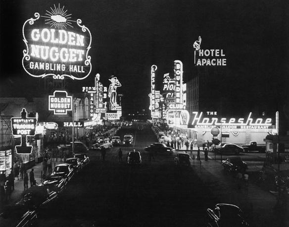 В 1931 году на территории штата Невада были официально разрешены все азартные игры, в то время как они оставались вне закона в большинстве других штатов. На фото: Лас-Вегас, 1953 год