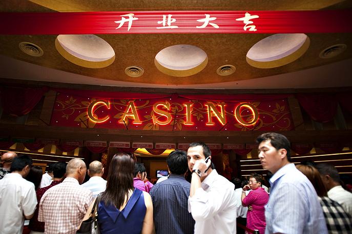 Крупную кражу в Resorts World Sentosa совершили крупье игорного заведения, обокрав казино на $100 тыс. Крупье переплачивал своим сообщникам по $100 каждый раз, когда те обменивали свои фишки по $500 и $1000 на фишки меньшего достоинства