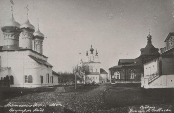 Внутренний двор Ризоположенского монастыря. Вид от Святых ворот на Троицкий собор (разрушен)