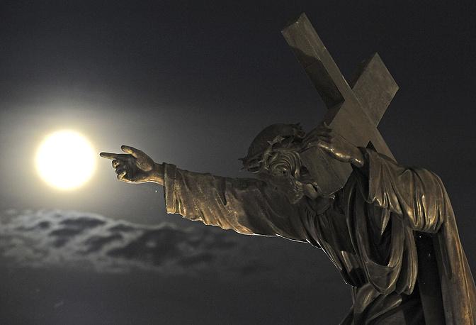Статуя Иисуса Христа в церкви Святого Креста в Варшаве