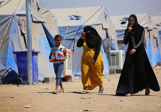 Север Ирака охватил острый гуманитарный кризис. Население города Мосул, административного центра провинции Найнава, сталкивается с нехваткой продовольствия. На фото: беженцы в лагере близ города Мосул