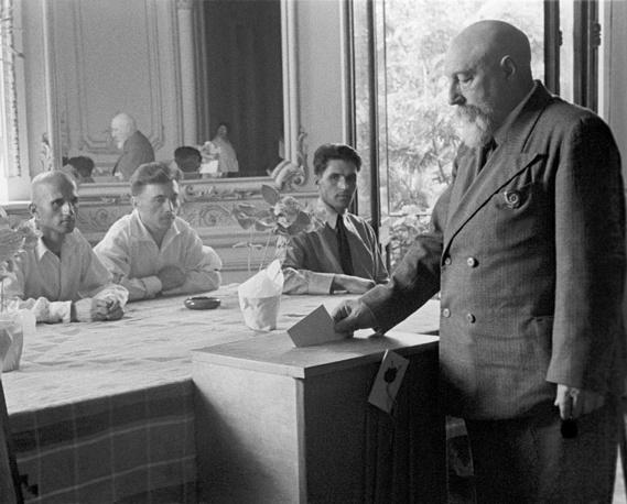 Спектр выборов в СССР был крайне широк, от Верховного Совета до местных районных Советов народных депутатов. Также была установлена выборность народных судей. Владимир Филатов голосует в Одессе, 1949 год