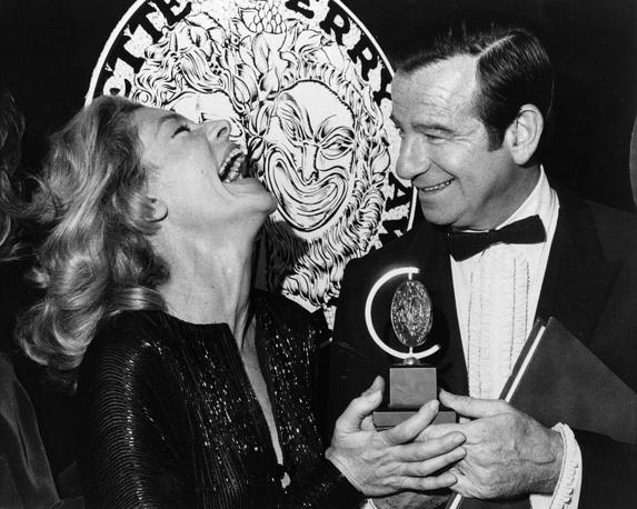 """Бэколл получает награду Tony Awards в номинации """"Лучшая актриса мюзикла"""" из рук актера Уолтера Маттау, 1970 год"""