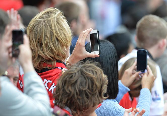 """В этом сезоне на """"Олд Траффорд"""" зрителям запретили приносить на матчи планшеты, но сотовые конечно же никто не запрещал"""
