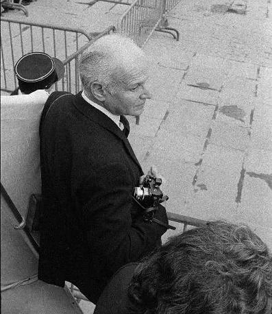 """Анри Картье-Брессон - один из самых известных фотографов мира, основоположник фоторепортажа и фотожурналистики. В 1947 году вместе с другими фотографами, среди которых был Роберт Капа, основал фотоагентство """"Магнум"""". Брессон был первым зарубежным фотографом, посетившим СССР после смерти Сталина"""