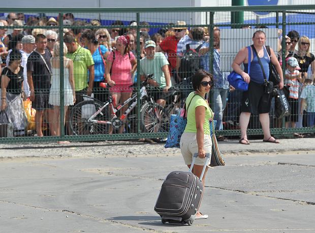 Нагрузка на Керченскую переправу в направлении с полуострова начала возрастать 13 августа. В минувшие выходные она достигла своего пика - в очереди скопилось до 2300 автомобилей. На фото: порт Крым
