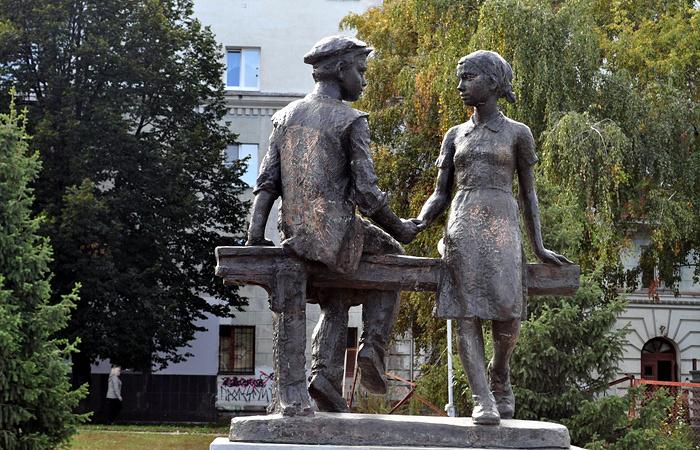 """В некоторых российских городах также есть памятники, увековечившие детский подвиг в военные годы. Так в Самаре установлен монумент """"Детям труженикам тыла 1941—1945 годов благодарная Самара"""""""