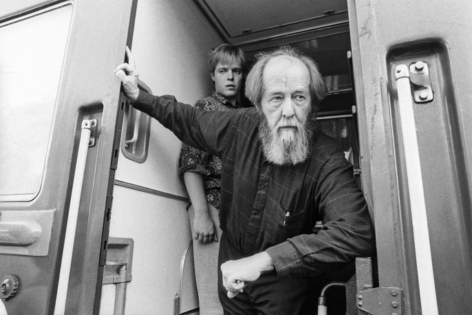 Лауреат Нобелевской премии Александр Солженицын с сыном Ермолаем во время путешествия из Владивостока в Москву, 1994 год