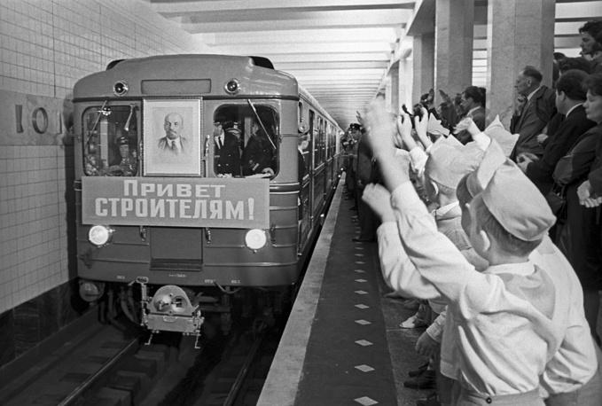 """Встреча первого поезда на перроне станции метро """"Коломенская"""", 1969 год"""
