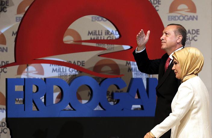 10 августа 2014 года Реджеп Тайип Эрдоган победил на президентских выборах, набрав, по данным ЦИК, 51,8% голосов. На фото: Эрдоган с супругой во время предвыборной кампании в Стамбуле, 2014 год