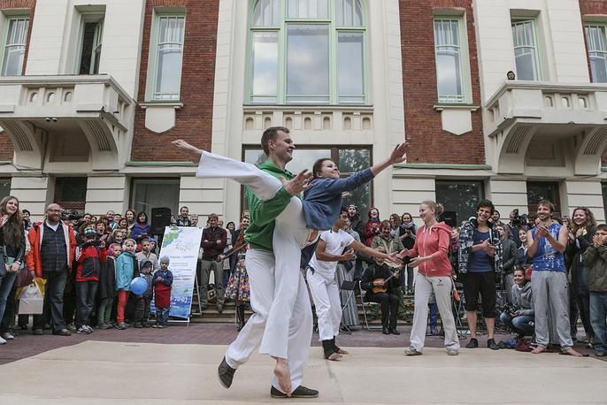 Капоэйристы пытаются повторить балетные пируэты