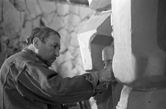 Скульптор Эрнст Неизвестный за работой над трехметровой копией памятника жертвам сталинских репрессий (маска, плачущая человеческими лицами). 1990 год