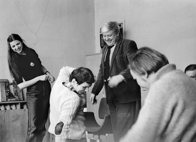 Донатас Банионис (на снимке третий слева) с начинающими актерами, 1984 год