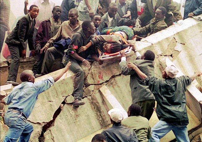 Еще одну операцию возмездия США провели в 1998 году, после того как террористы атаковали посольства США в Кении и Танзании. На фото: спасательные работы у посольства США в Кении