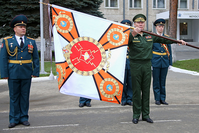 Александр Дворников, начальник штаба ЦВО, генерал-лейтенант (справа) вручает Боевое знамя бригаде радиоэлектронной борьбы