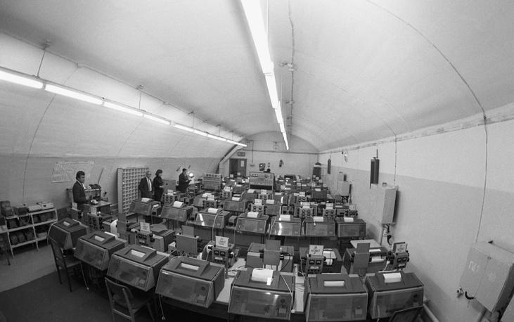 """Аппаратная международных связей в резервном пункте ТАСС, находящемся на 50-метровой глубине, 1991 год. Резервный пункт может быть вскрыт только по команде об особом положении, когда """"создастся какая-либо угроза функционированию деятельности агентства"""""""