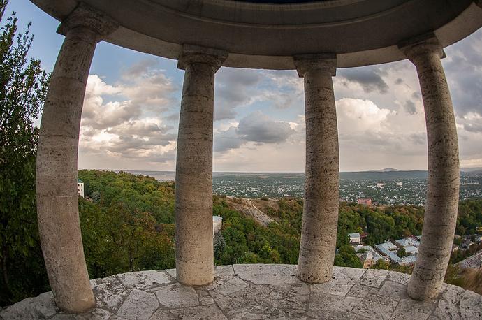 Беседку построили по проекту архитекторов братьев Бернардацци в начале 1830-х годов.