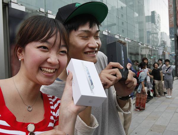 Смартфон шестого поколения iPhone 5 был представлен 12 сентября 2012 года в Сан-Франциско. Через десять дней продажи новинки стартовали в Азии. На фото: покупатели iPhone 5 в Токио, 21 сентября 2012 года
