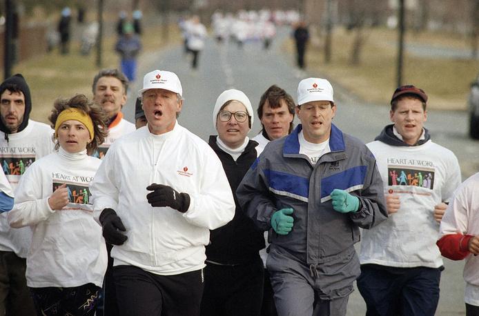 Вице-президент США с 1993 по 2001 годы Альберт Гор, проигравший президентские выборы 2000 года другому марафонцу Джорджу Бушу-младшему, участвовал в Марафоне Корпуса морской пехоты (Marine Corps Marathon) в 1997 году, показав результат 4 часа 58 минут и 25 секунд. На фото: Гор (справа в темном костюме) и президент Билл Клинтон участвуют в двухмильной пробежке на День Святого Валентина в Вашингтоне 14 февраля 1993 года
