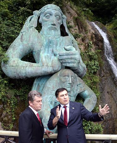 Михаил Саакашвили был обвинен в превышении должностных полномочий. На фото: президент Украины Виктор Ющенко и президент Грузии Михаил Саакашвили (слева направо) на встрече в Батуми, 2008 год