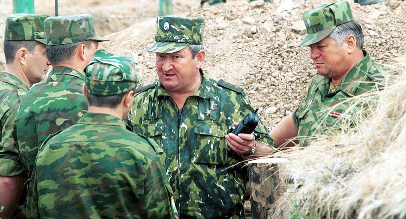 Руководитель сбора командного состава командующий войсками СКВО генерал-полковник Геннадий Трошев (второй справа) дает последние указания перед началом тактического учения, 2001 год